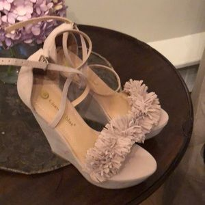 Size 9 medium chase and Chloe wedge taupe shoes.